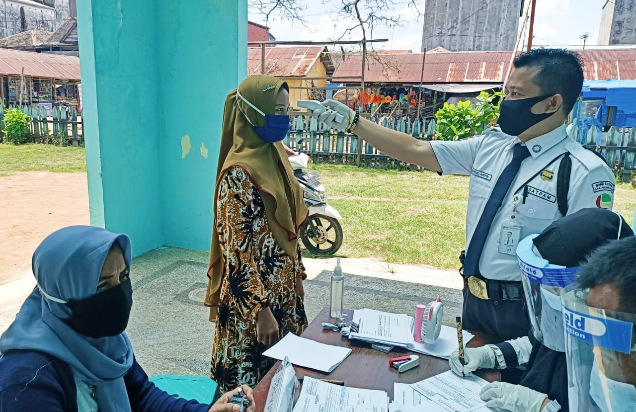 Sinegritas TNI POLRI melaksanakan Monitoring dan pengamanan kegiatan Penyaluran Bantuan Sosial Tunai (BST) dari Pemerintah Kabupaten Pulang Pisau