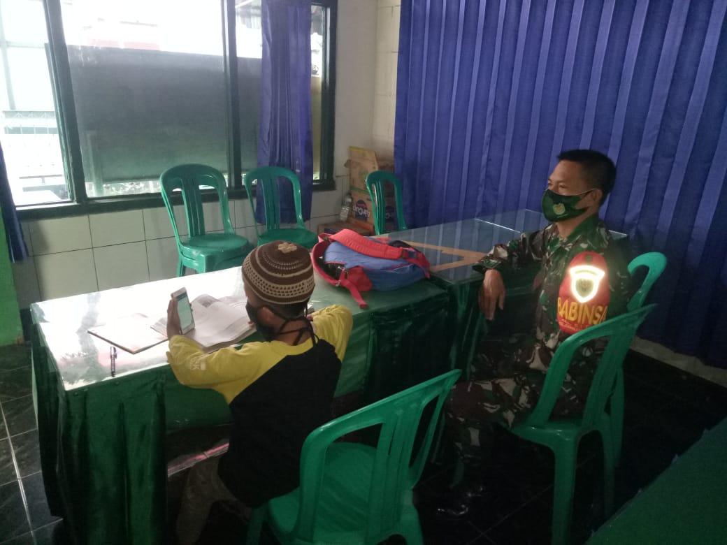 Sersan Mayor Dindin Suryadinata Mendampingi Siswa Belajar Daring