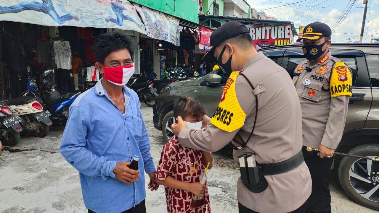 Disiplinkan Masyarakat Patuhi Protokol Kesehatan, Polresta Palangka Raya Tegur dan Bagikan Masker
