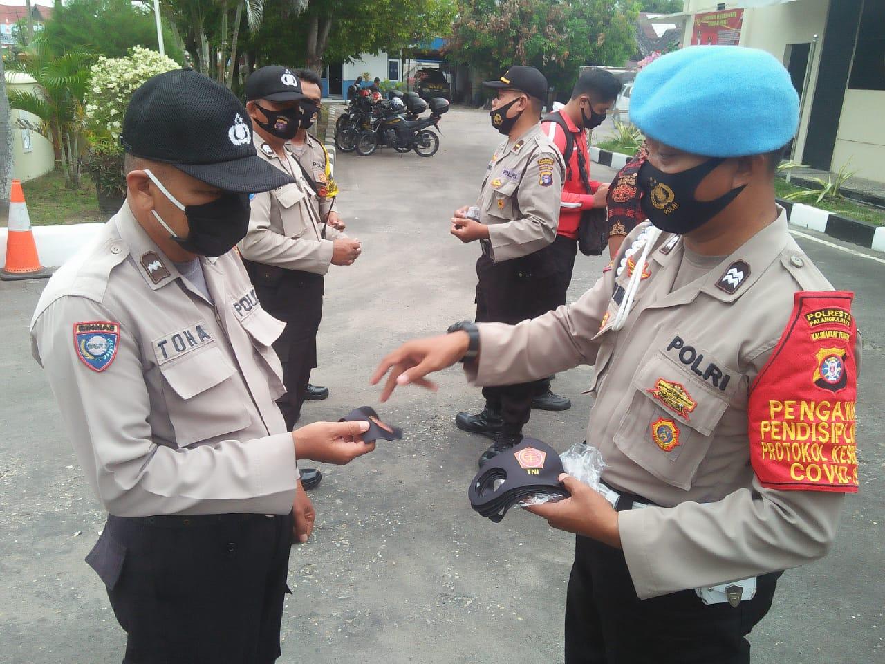 Disiplin Protokol Kesehatan Internal, Polsek Pahandut Bagikan Masker Untuk Personel