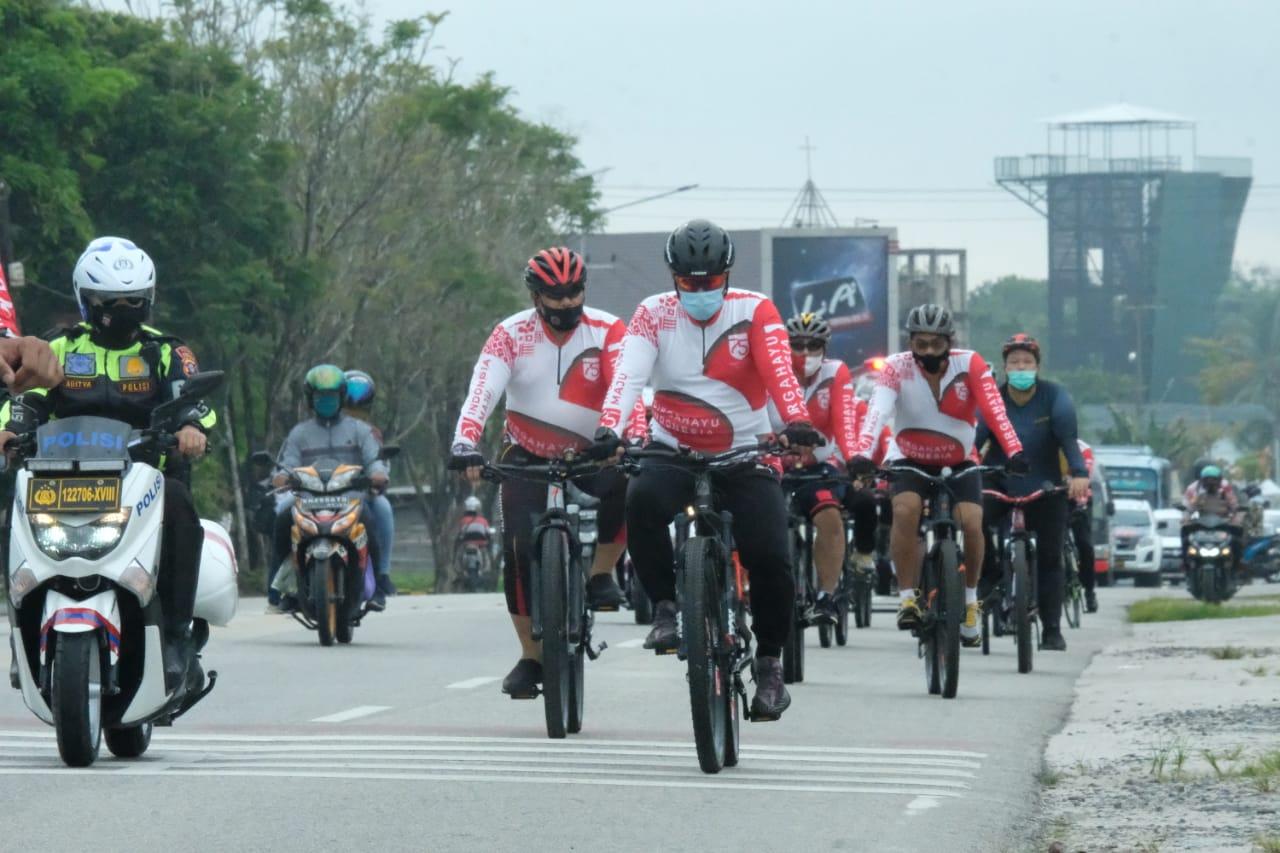Sambil Bersepeda, Kapolda Kalteng Bagikan 50 Paket Sembako