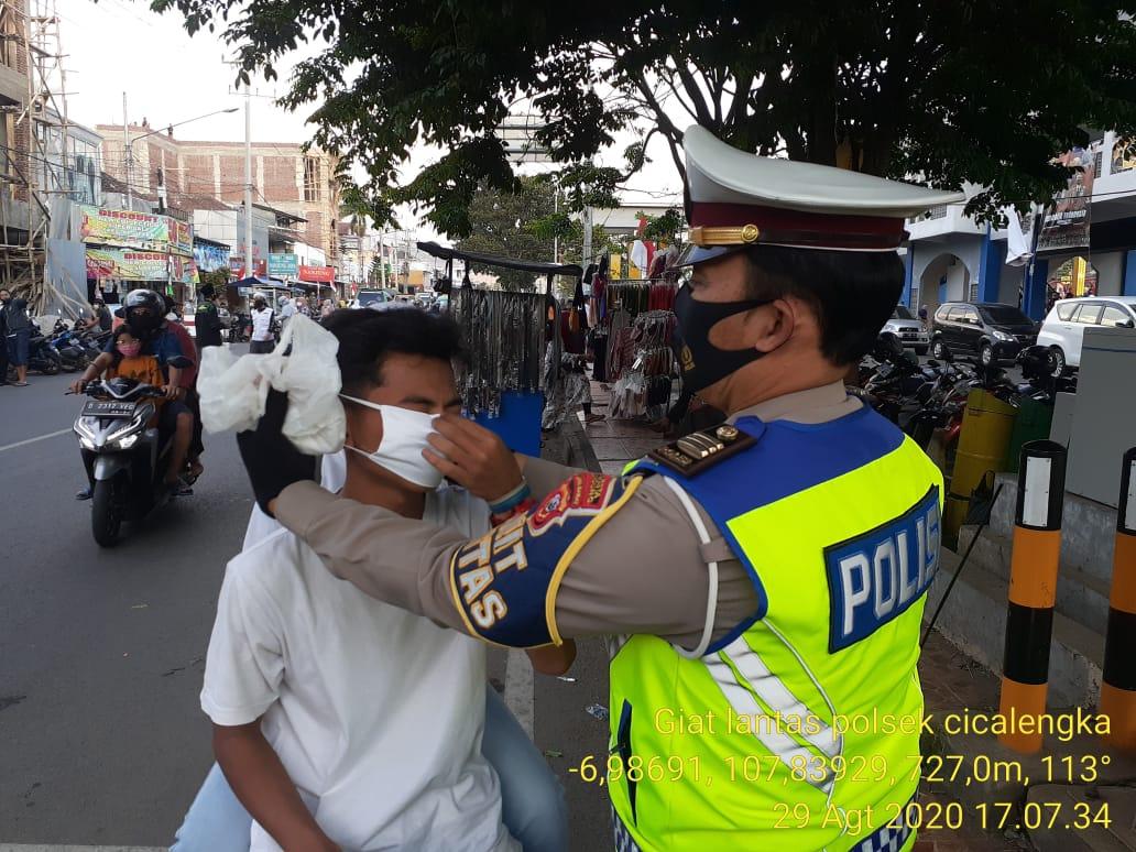 Giat Unit Lantas Polsek Cicalengka Bagikan Masker
