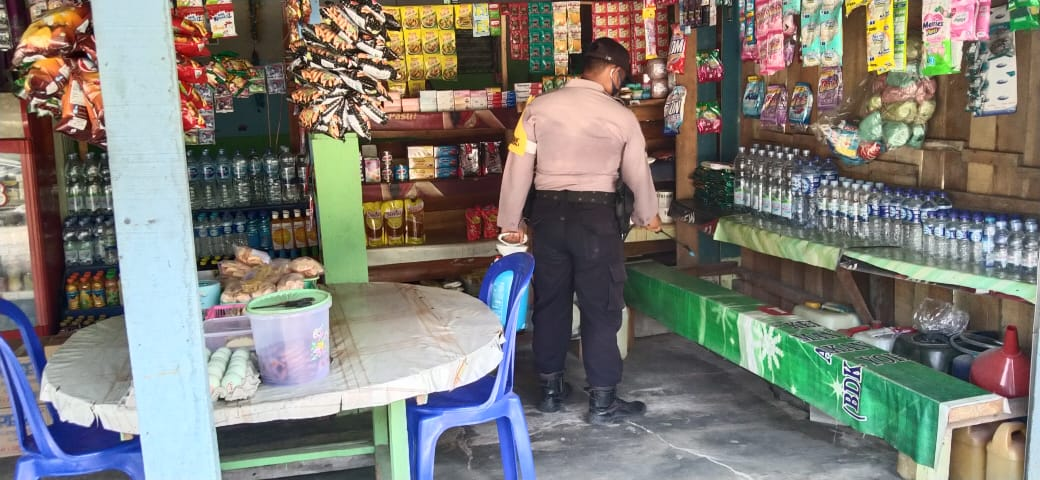 Cegah Covid-19, Anggota Polsek Kahayan Tengah Semprot Cairan Desinfektan Pada Pelaku Usaha Di Kecamatan Kahayan Tengah