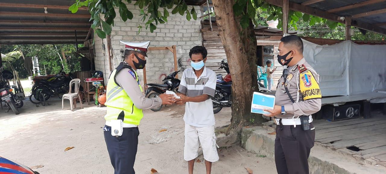Satlantas Polres Sukamara Ingatkan Masyarakat Taati Protokol Kesehatan Serta Bagikan Masker