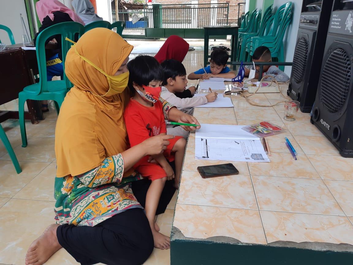 Melihat Anak Anak Belajar Daring Ibu Yuli Terharu Di Koramil 1105/Cibatu