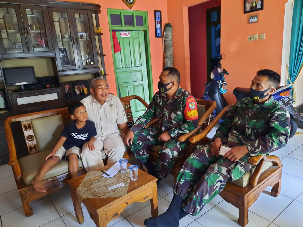 Babinsa Koramil 1112/Samarang Mendatangi Rumah Orang Tua Siswa Demi Kelancaran Belajar