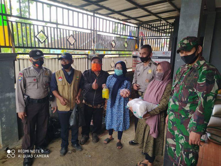 Bantuan Sosial Dipastikan Sampai Tujuan Oleh Bhabinkabtibmas Polsek Karangpawitan