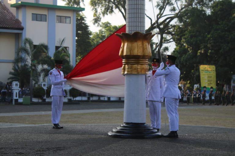 Upacara Penurunan Duplikat Bendera Pusaka Dalam Peringatan HUT Kemerdekaan RI Ke -75 Tahun 2020 Tingkat Kabupaten Garut