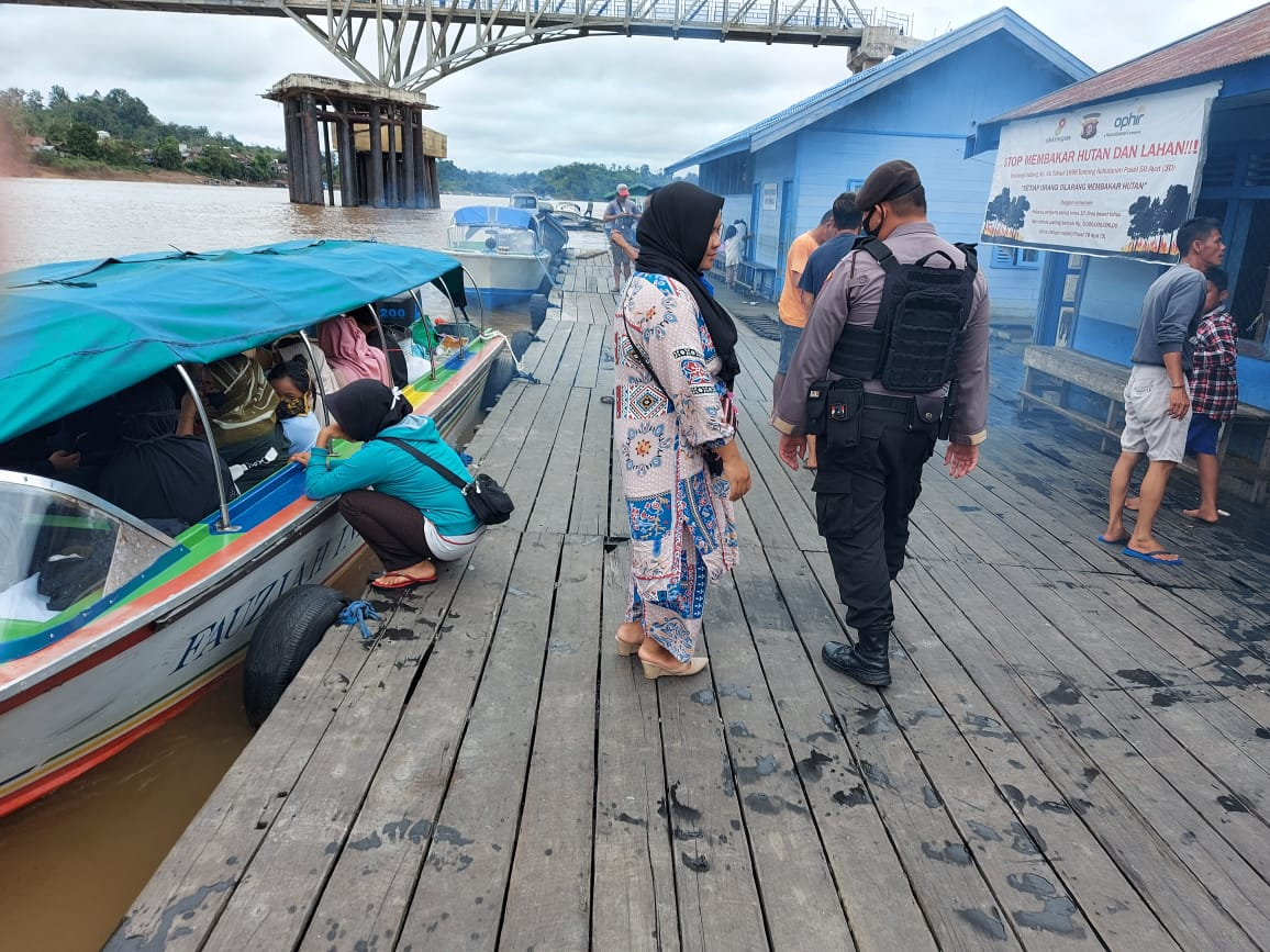 Satsabhara Polres Barut Aktif Berikan Imbauan Keselamatan di Pelabuhan Muara Teweh