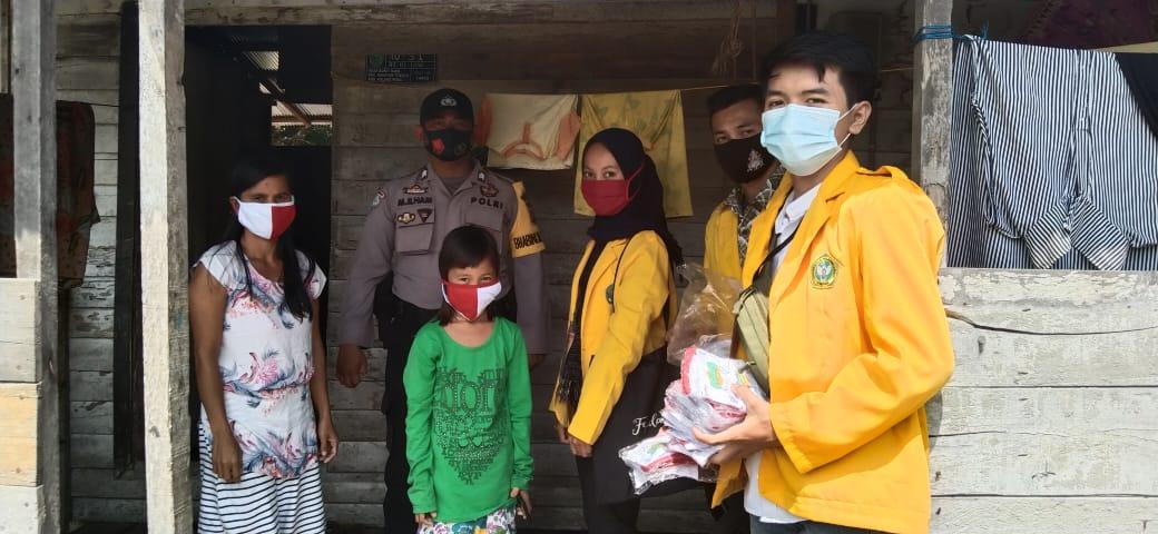 Bhabinkamtibmas Polsek Kahayan Tengah Bersama Mahasiswa KKN Bagikan Masker Gratis ke Masyarakat