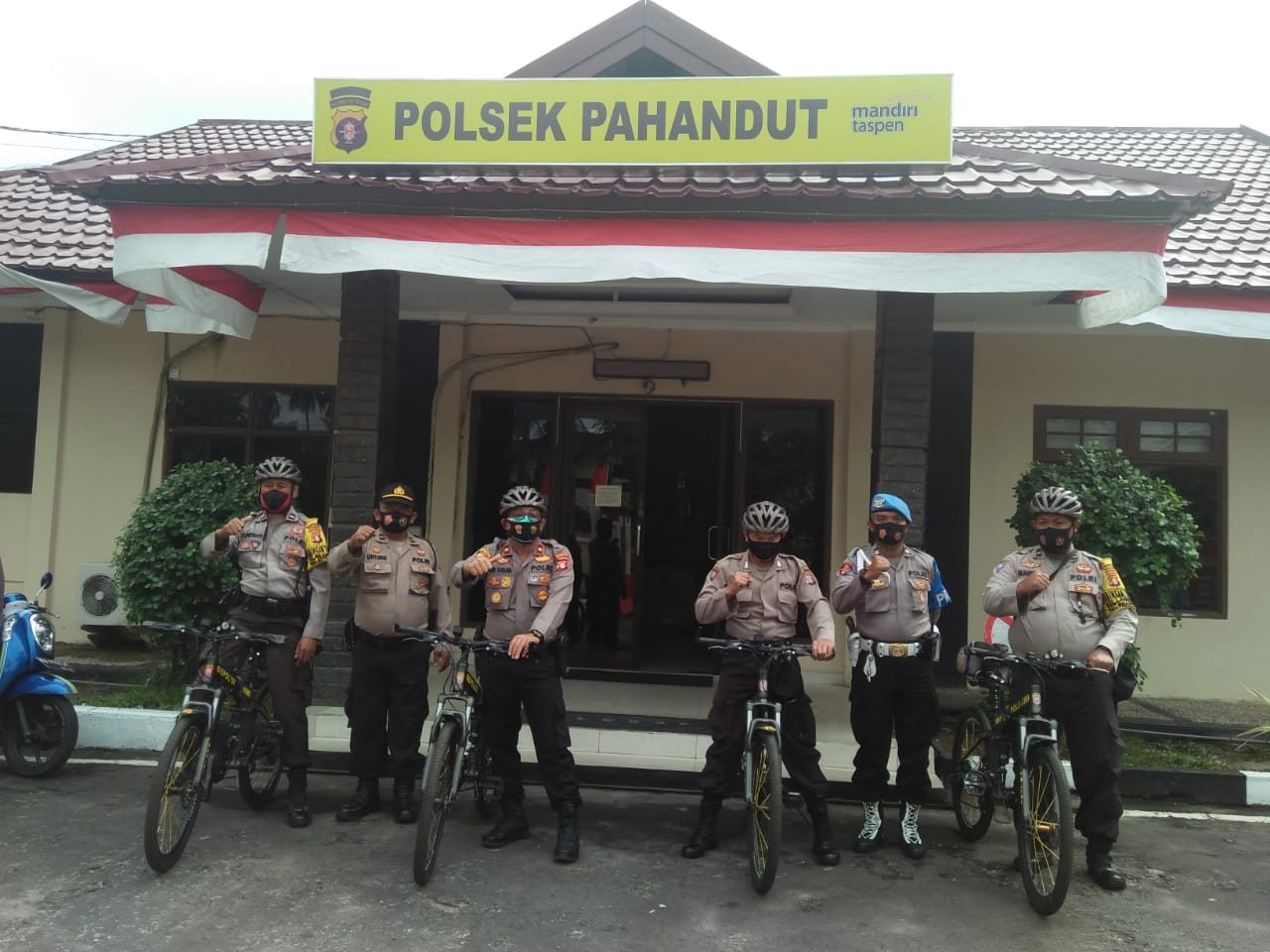 Patroli Bersepeda Polsek Pahandut Bantu Masyarakat Kurang Mampu Terdampak Covid-19