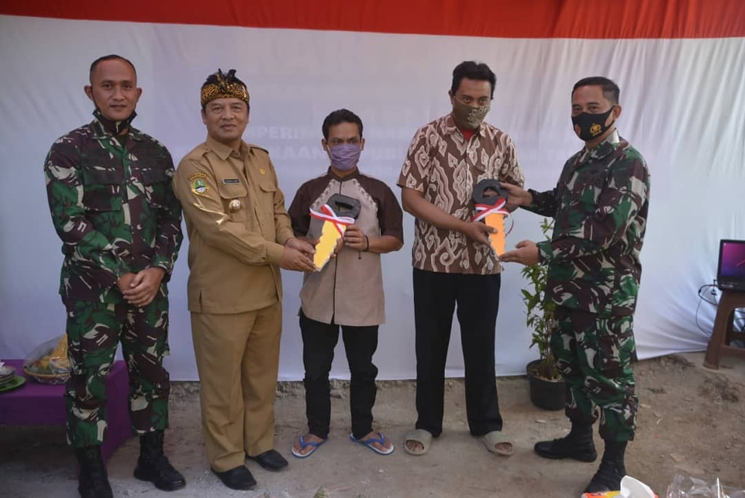 Karya Bakti TNI HUT RI Ke-75 Dandim 0624/ Bersama Kasrem 062/TN Dan Bupati Bandung, Resmikan dan Serahkan Kunci Kepada Warga Yang Mendapatkan Bedah Rumah