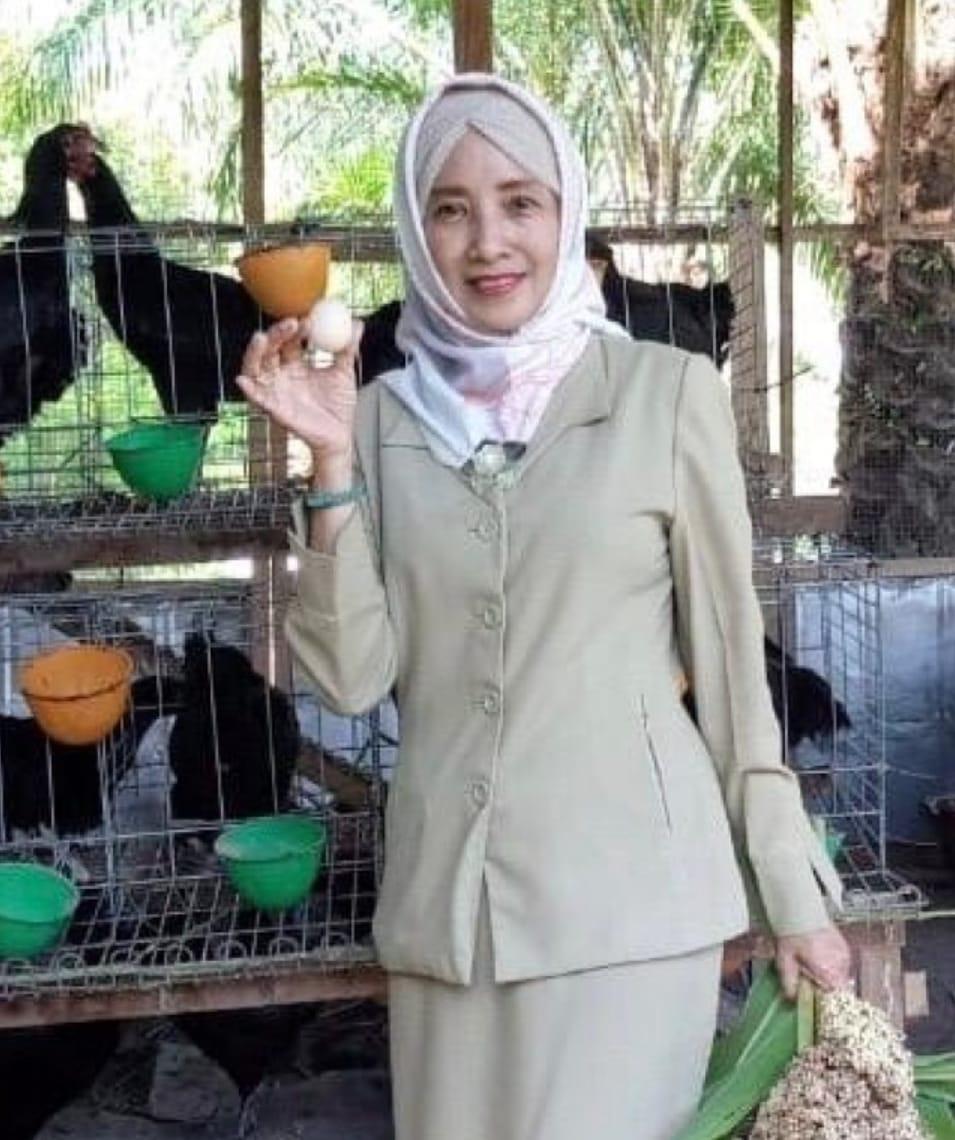 Ida Pandanwangi saat panen telur hasil dari budidaya Ayam KUB -1 di belakang Kantor Dinas PKH Kobar