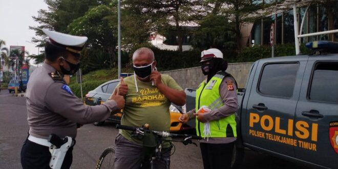 Sat Lantas Polsek Telukjambe Timur Bagikan Masker Gratis Kepada Pengendara