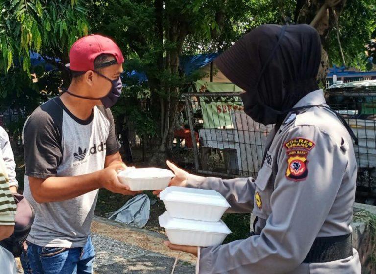 Sejumlah Polwan Polres Subang Bagi – Bagi Nasi Kotak Peduli Covid – 19 Di Kabupaten Subang