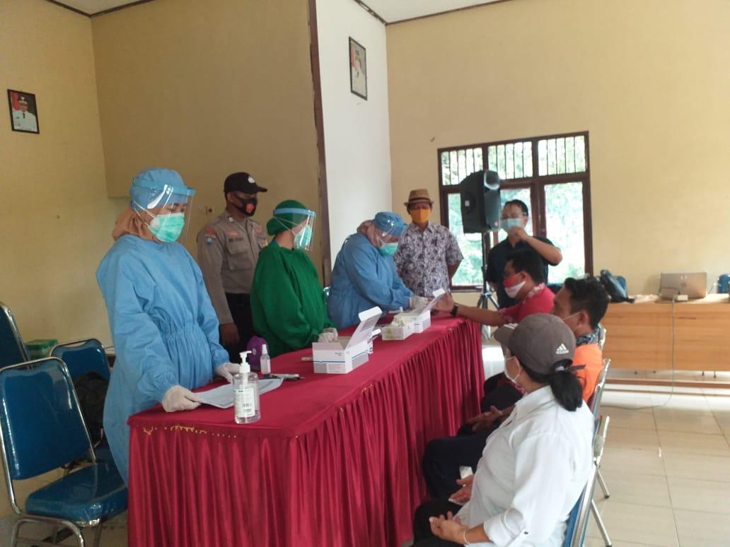 Anggota Polsek Banama Tingang Lakukan Pengawasan Dan Pengamanan Kegiatan Rapid Test Deteksi Dini Covid-19 Kepada 99 Orang PPK Dan PPS Kecamatan Banama Tingang