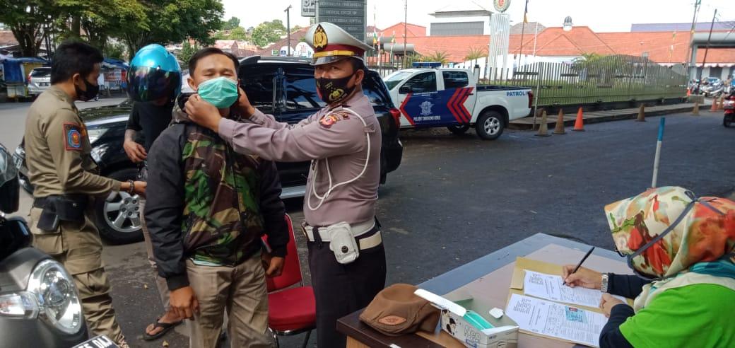 Kapolsek Tarogong Kidul Himbau Dan Pembagian Masker kepada Warga Masyarakat