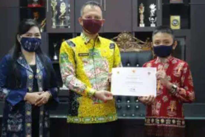 Bupati menyerahkan piagam penghargaan kepada pemenang lomba desain batik