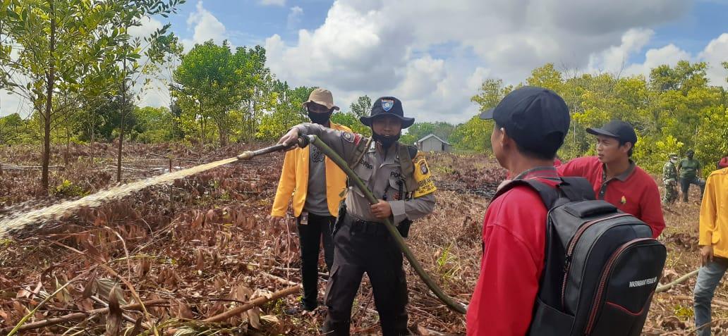 Dukung Gerakan Masyarkat Peduli Api, Bripka Edris Latihkan Teknik Pemadaman Karhutla