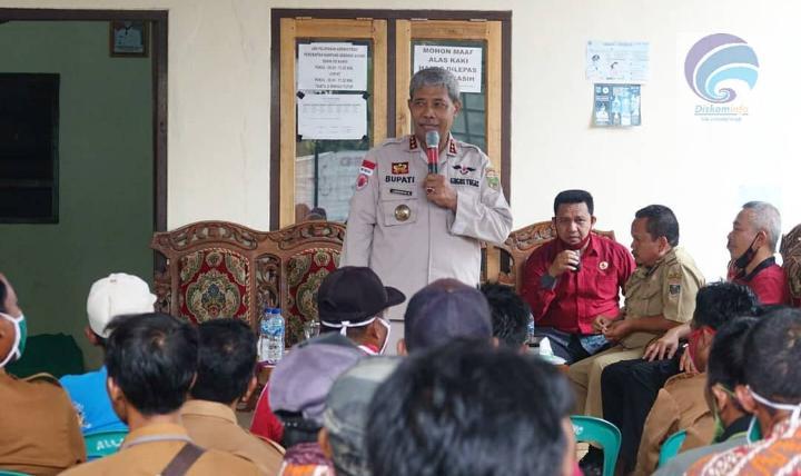 Pertemuan Bupati Lampung Tengah Loekman Djoyosoemarto Dengan Aparatur Kampung di Kec. Sendang Agung