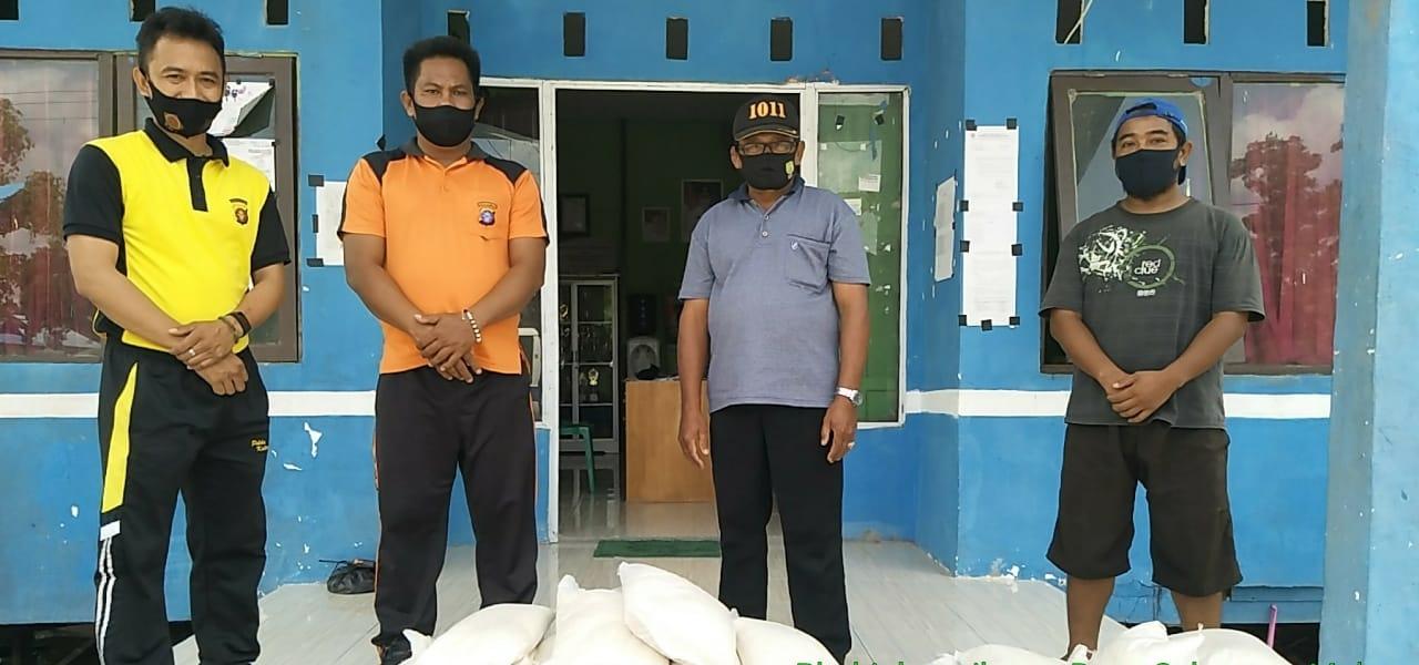Peduli Dampak Covid-19, Polsek Sebangau Kuala Serahkan Bantuan Beras untuk warga melalui 3 Kepala Desa di Kecamatan Sebangau Kuala