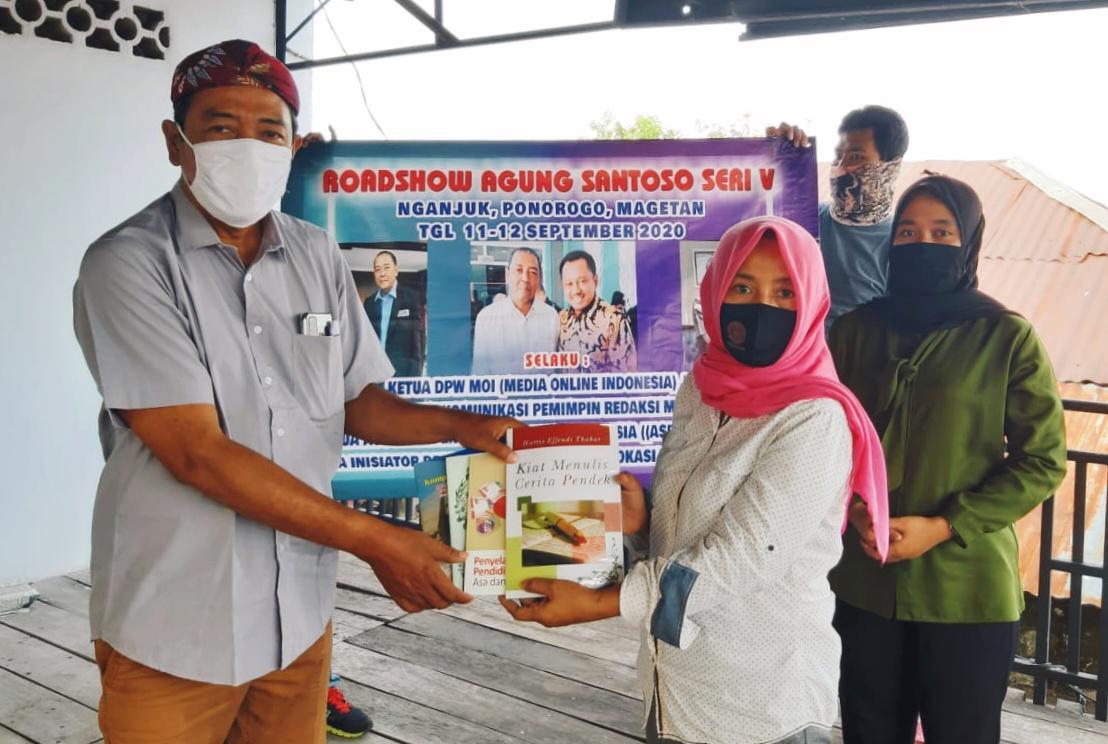 Roadshow Agung Santoso Seri V Sumbang 200 Judul Buku Untuk Perpustakaan Pers