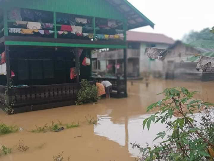 Personil Danramil 1016-08 Tumbang Miri, Turun Kejalan Bantu Warga Musibah Banjir.