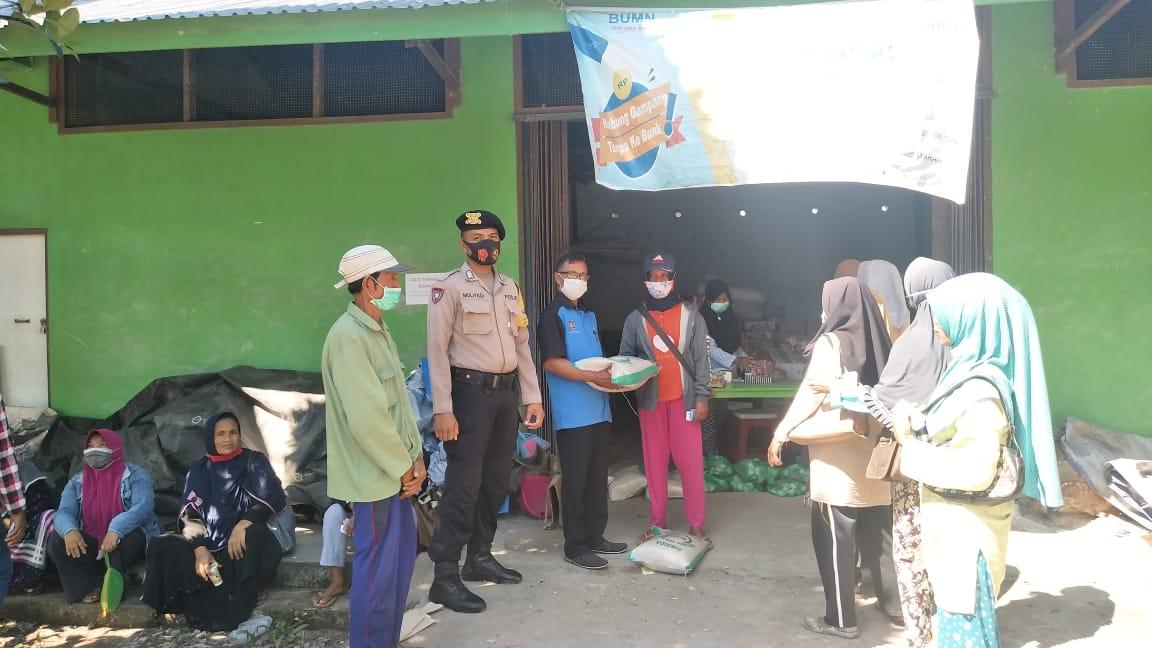 Personel Polsek Sebangau Kuala Awasi dan Amankan Kegiatan Penyaluran Penerima BPNT di Kecamatan Sebangau Kuala.