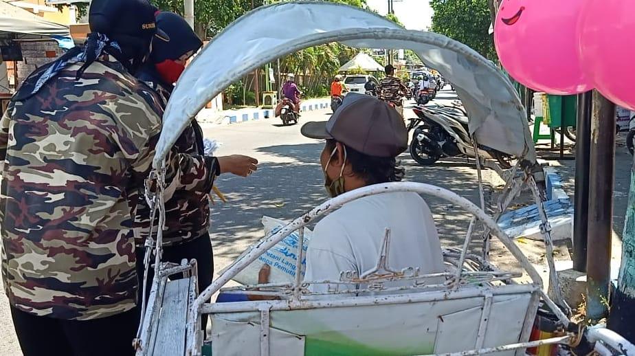 Abang Beca dapat Sembako Dari FKPPI Probolinggo