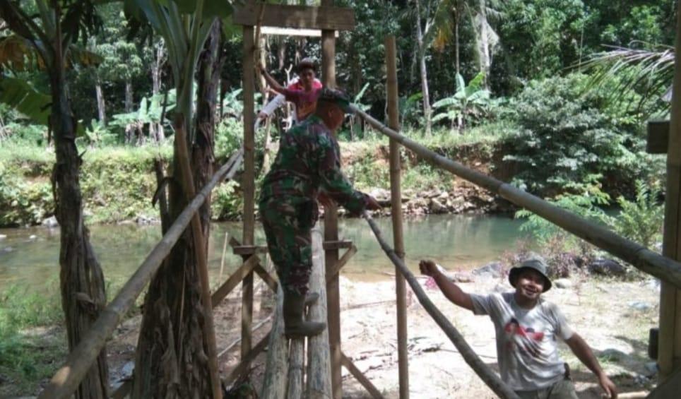 Babinsa Kodim Barabai Buka Akses Jalan Membuat Jembatan Darurat