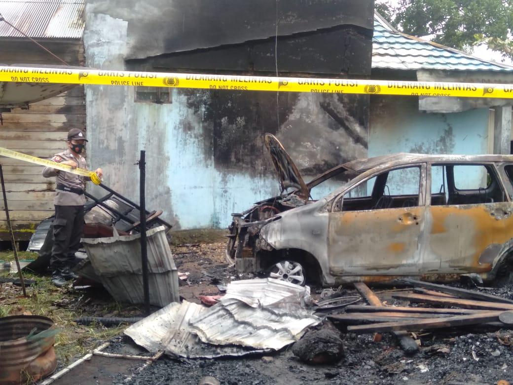 Anggota Polsek Awang Sigap Datangi Kebakaran Rumah milik Warga Hayaping