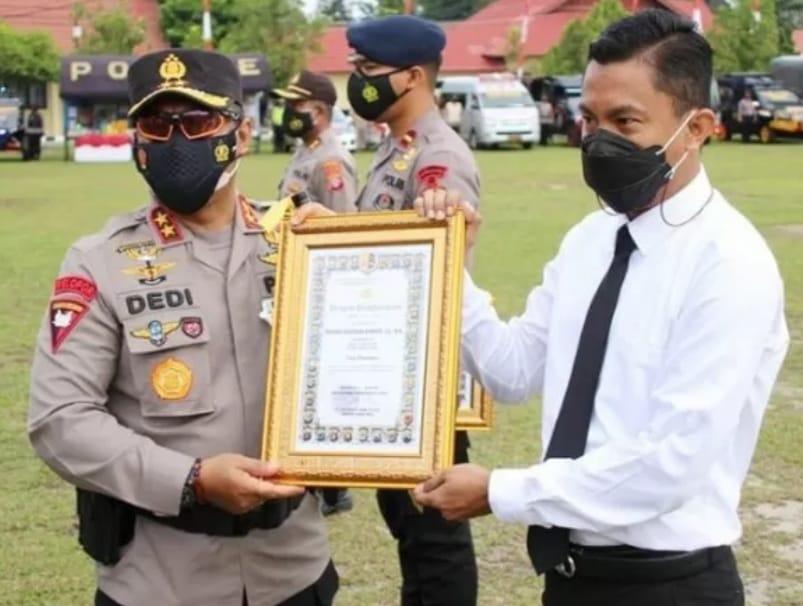 Kapolda Kalteng Serahkan Penghargaan  Pada Polisi Barito Timur