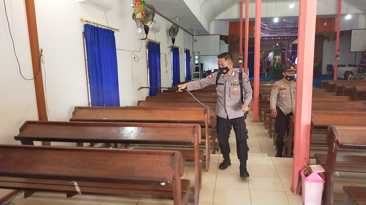 SINERGITAS TNI-POLRI DI KECAMATAN KAHUT LAKSANAKAN PENYEMPROTAN DISINFEKTAN DI GEREJA