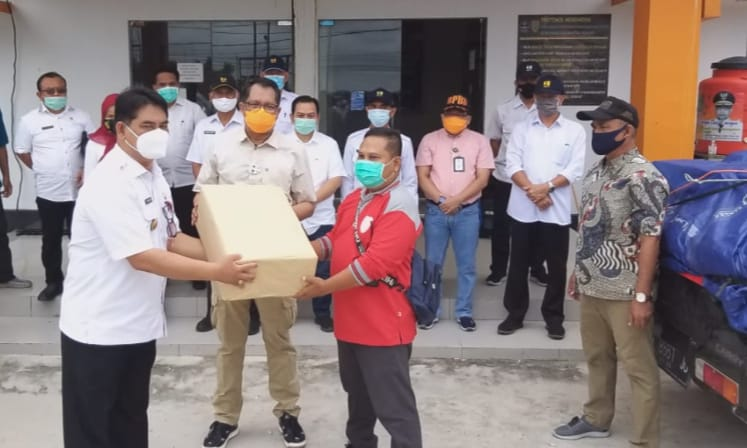 Kepala Dinas PUPR Prov. Kalteng Shalahuddin Salurkan Bantuan  untuk korban banjir di Kalsel