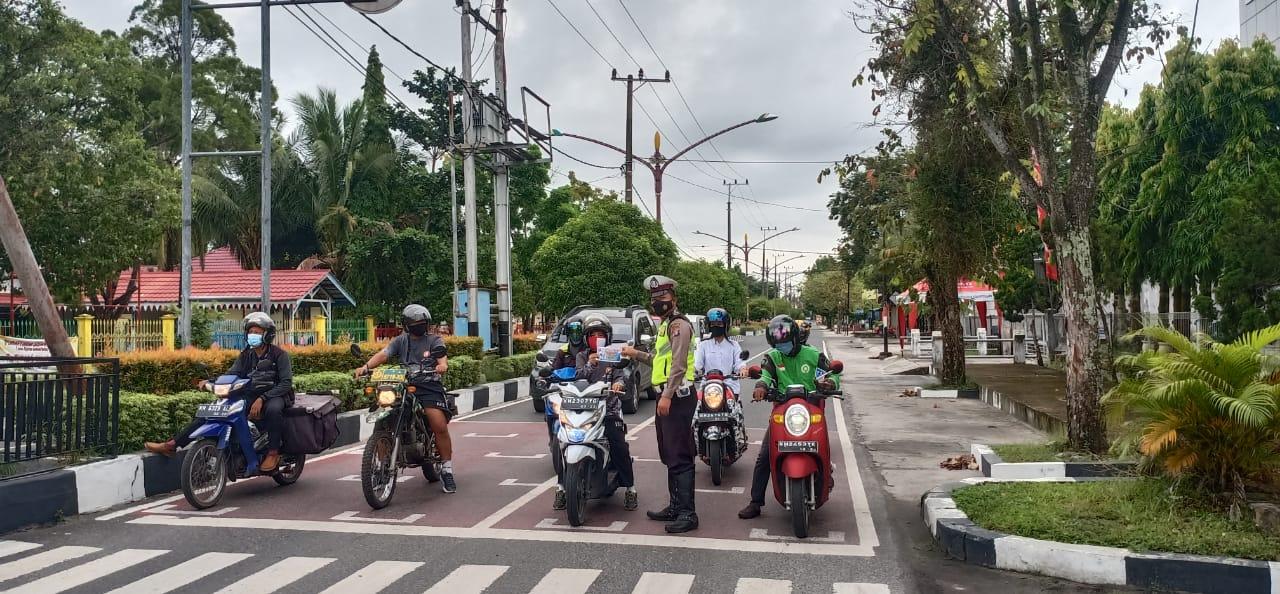 Personel Dikyasa Satlantas Polresta Palangka Raya Imbau Pengguna Jalan Raya Terapkan Prokes