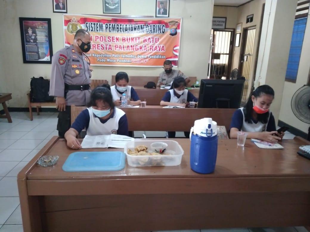 Kapolsek Bukit Batu Dampingi Pembelajaran Daring Siswa SMPN 5 Palangka Raya