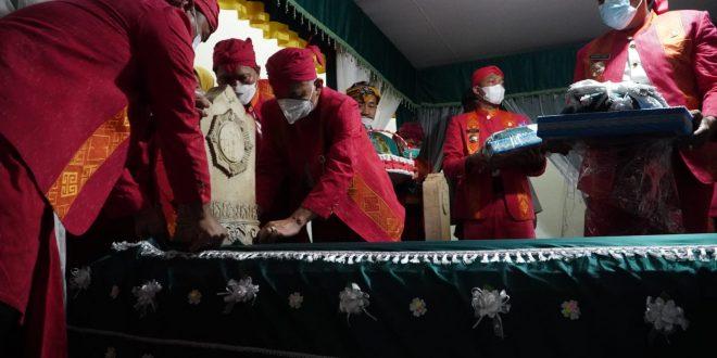 Bupati Jepara Melakukan Prosesi Buka Luwur Makam Sultan Hadlirin Secara Khidmat