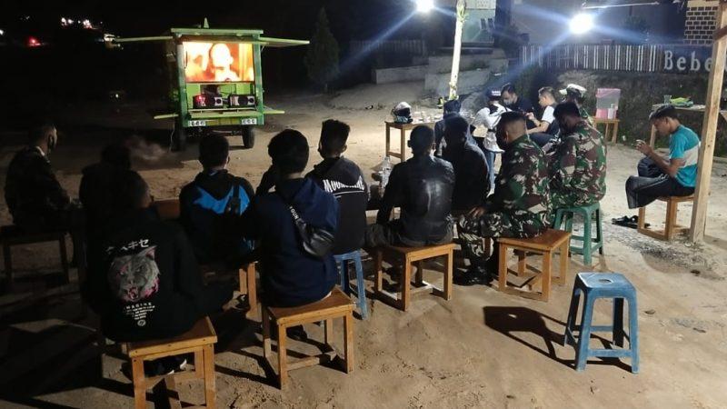 Antusias Warga Menonton Film Perjuangan di Kendaraan Sikomos