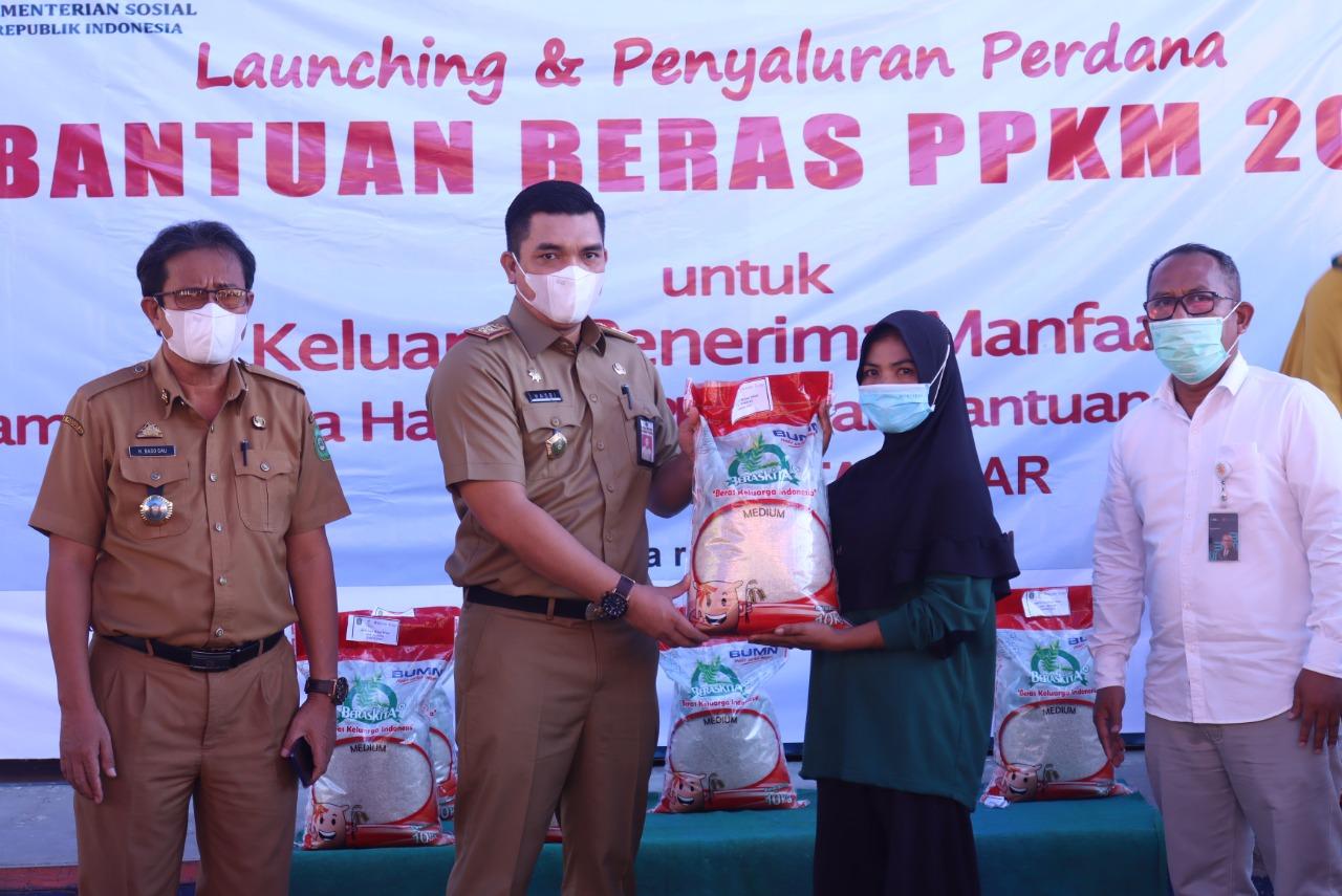 Bupati Takalar Salurkan Bantuan Beras Untuk Penerima PKH – BST