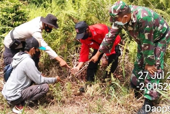 Bhabinkamtibmas Polsek Bukit Batu dan Tim Patroli Terpadu Jelajahi Lahan Tandai Kerawanan Karhutla