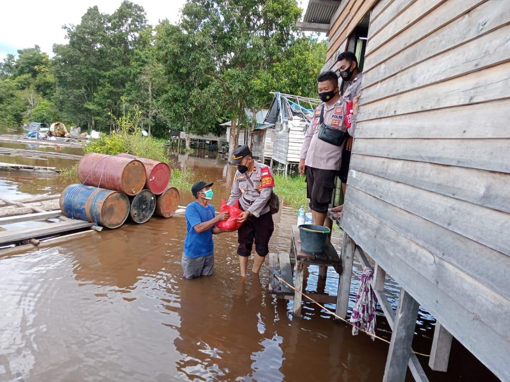 Kapolsek Rakumpit Bagikan Bantuan Sosial, Untuk Warga Banjir