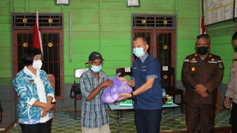 Bupati Berikan Bantuan Kepada Korban Banjir Desa Tumbang Pajangei