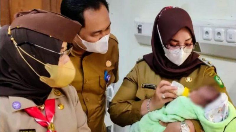 Wakil Bupati Kotawaringin Timur  Irawati Tengok Bayi Dibuang Orang Tuanya.
