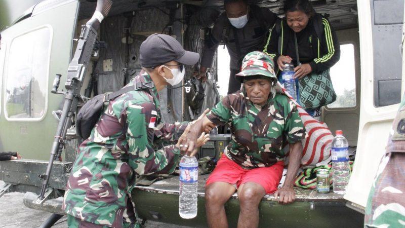 TNI  EVAKUASI 3 ORANG PEGUNGSI KIWIROK