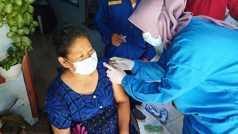 Tim Vaksinator Keliling BIN Layani Warga Binjai, Penyandang Disabilitas.