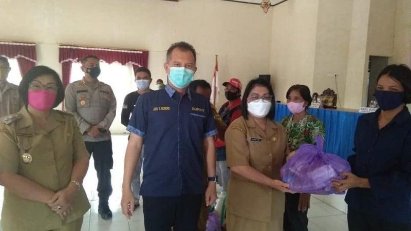 Bupati Gumas Memberikan Bansos  di Kecamatan Rungan Hulu